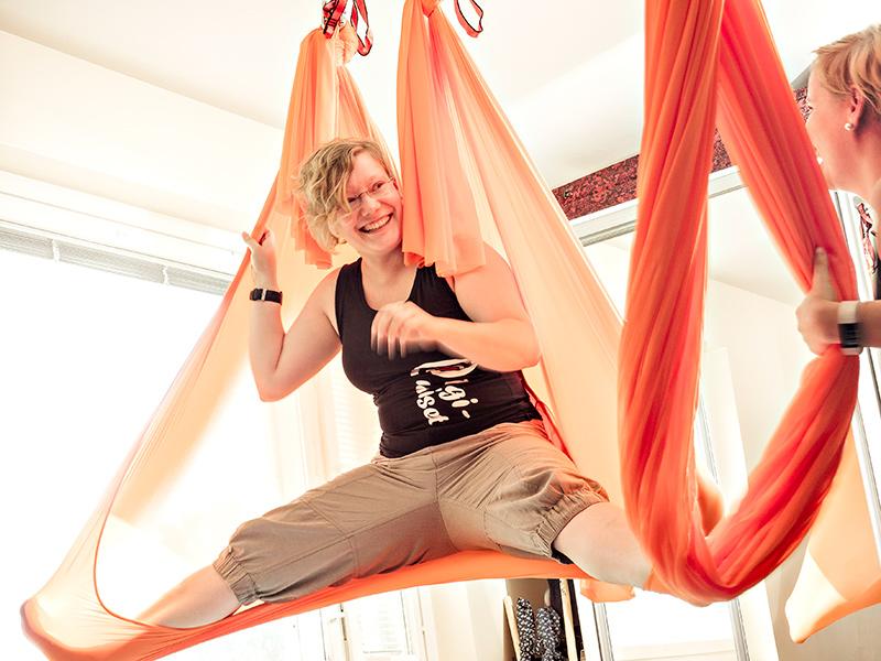 Joanna Niininen ja Tiina Weisell ilmajoogaamassa